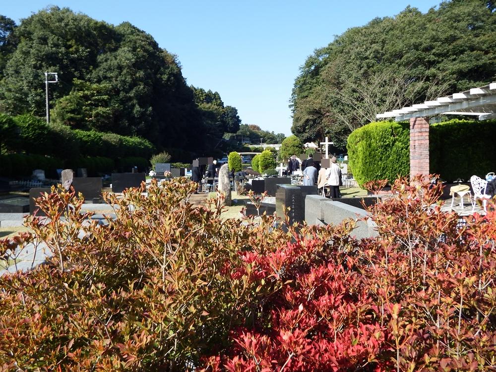 芝生のある休憩所の所で、某キリスト教団での合同納骨式が行われていました。