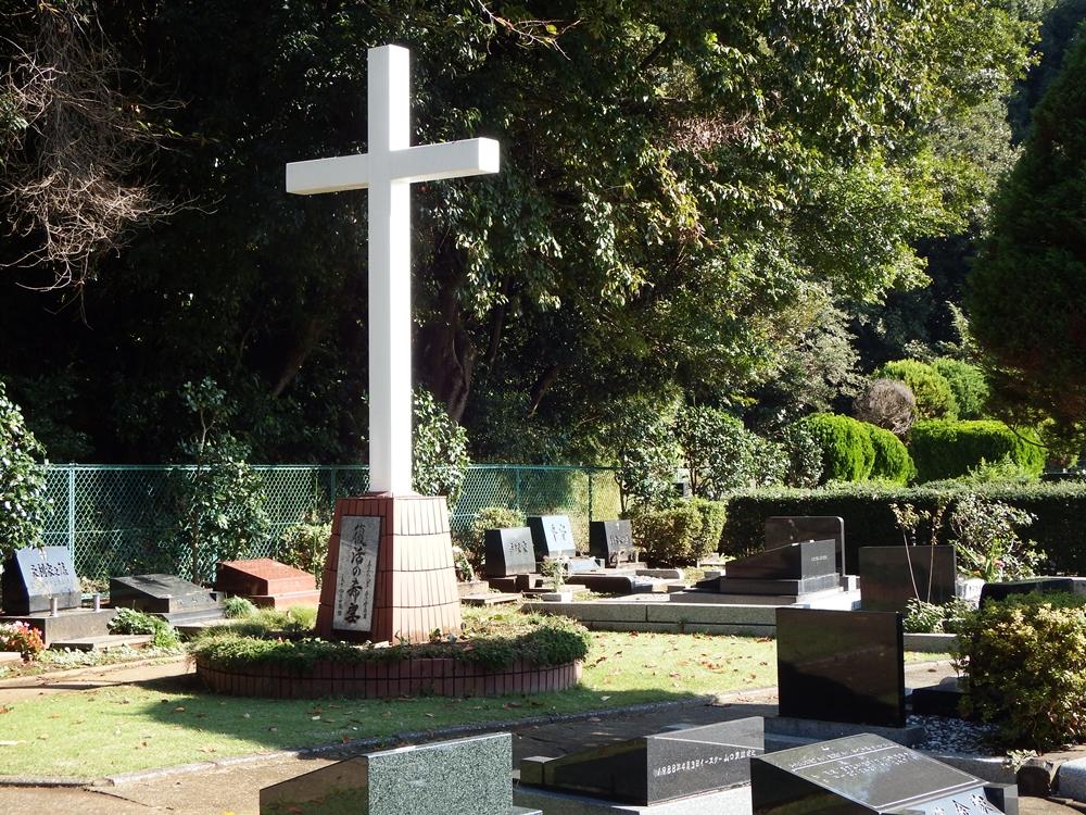 第一ラザロ霊園の出入口の近くに白い大きな十字架の下に「復活の希望」と刻まれています。