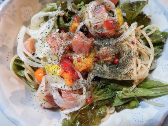 秋鮭スモーク マリネ風のサラダパスタ