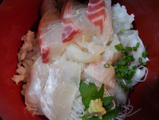 スーパーの刺身:真鯛とヒラメ入りのすし丼