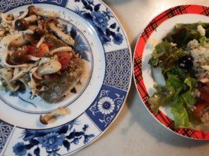 4.皿に盛ったこんがりのマトウダイにソースをかける。