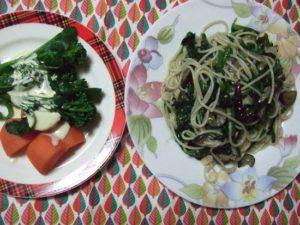 9.パスタをお皿に盛り、隣りに温野菜サラダを追加すれば完成。