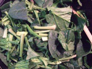 4.にんにく、唐辛子オイルにほうれん草を加える。