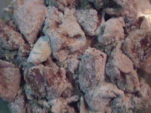 3.まず小麦粉、次に片栗粉をまぶす。