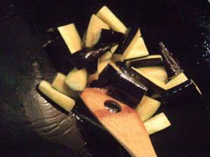 1.中華鍋に多めに引いたごま油でなすを炒める。