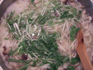 4.次にもやしを加えてしなしなになれば、仕上げに水菜を加えて火を止める。