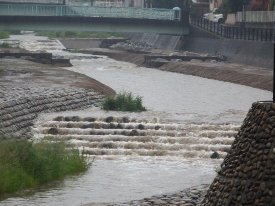 大雨の空堀川(石田橋付近)