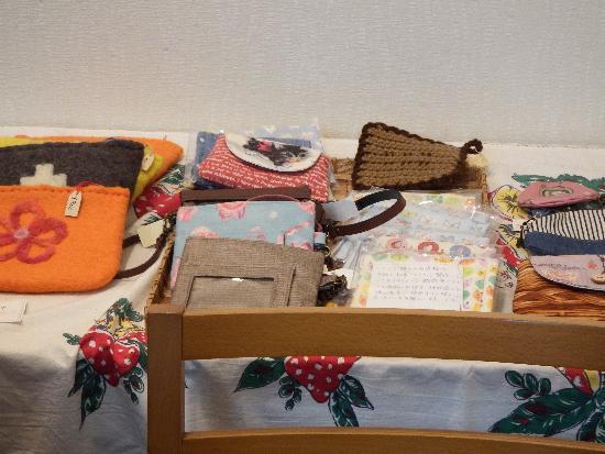 手作りの雑貨・アクセサリーなども販売しています。