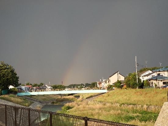 柳瀬川・空堀川の合流地点(くるまや橋 下流向き)の雨雲から大きな虹