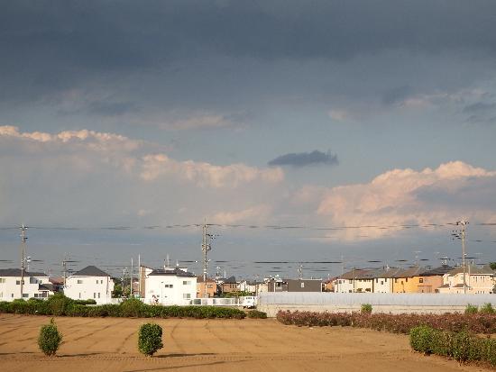 清瀬市中里1丁目付近の広い畑と黒い雨雲