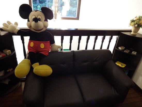 ペンション2Fのくつろげるソファーにはミッキーが歓迎