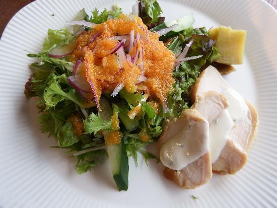 ランチセットに付くスモークチキン入り季節のサラダ