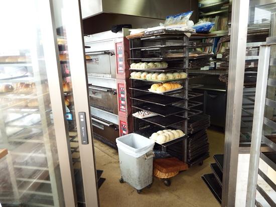 店内のそばで焼いているので、焼き立てパンがその場で食べられるのは嬉しいことです。