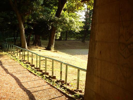 短いトンネルを抜けるとそこは台田団地内と児童遊園