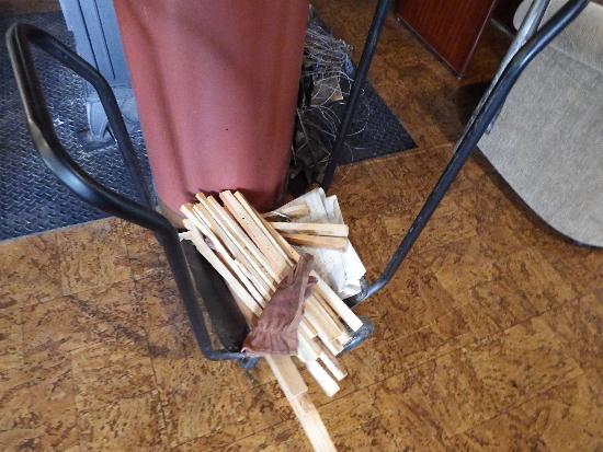 カフェ・ド・フルミエール(Cafe de Fourmiliere) 暖炉の薪