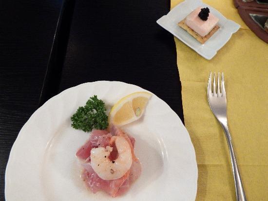 海鮮マリネ(エビ・サーモン・マグロなど)、クラッカーに生ハムを巻いたクリームチーズ