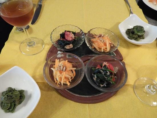 夕食の小鉢(左より、こごみの胡麻和え、にんじんとリンゴの酢の物、ほうれん草・トマト・ツナのニンニク風味の和え物)