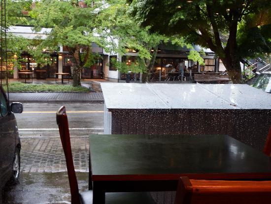 軽井沢 川上庵の窓際。目の前にはベーカリー&レストランの沢村があります。
