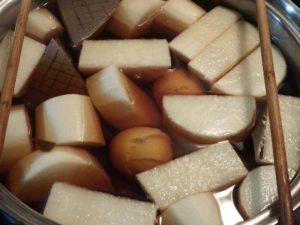 2.だし醤油を入れて味を整え、煮えにくいこんにゃくやだいこん、ゆでたまごを入れて弱火でじっくり煮る。厚手のこんにゃくはあらかじめ格子の切れ目を入れておくと味が馴染む。