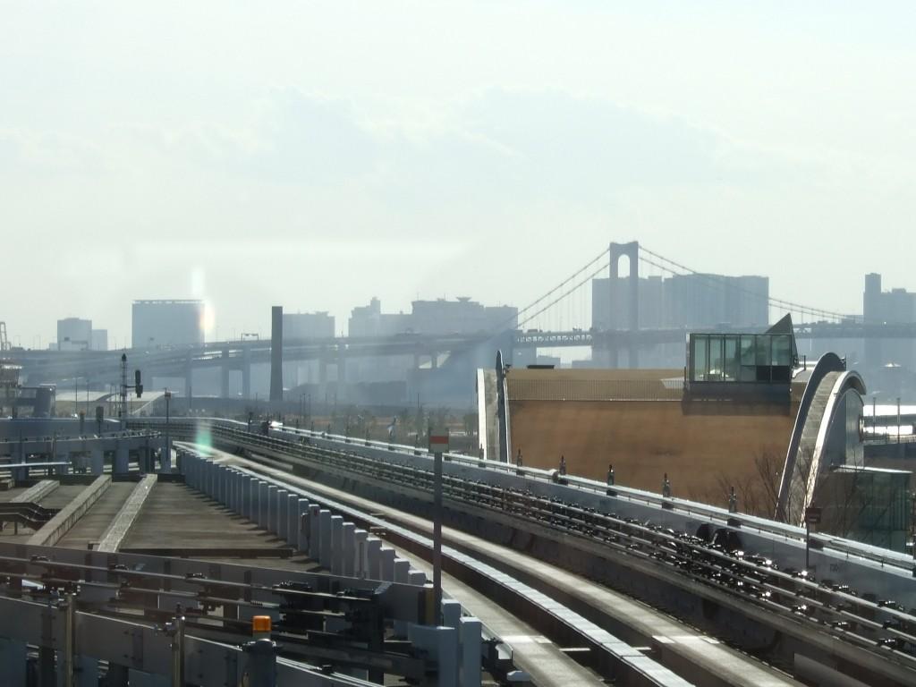 豊洲駅から発車して、ちょっと前へすすむとレインボーブリッジ。今回は空がかすんでいました。